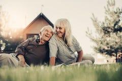 Coppie felici dell'anziano davanti alla casa vaga fotografia stock