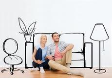 Coppie felici dell'uomo e della donna che si muovono verso la nuova casa Immagini Stock Libere da Diritti