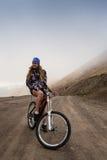 Coppie felici di ciclismo di montagna di sport che guidano in discesa Immagini Stock Libere da Diritti
