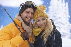 Coppie felici di corsa con gli sci ad orario invernale Immagini Stock Libere da Diritti