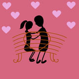 Coppie felici di giorno di S. Valentino che si siedono sul banco, illustrazione romantica di relazione Fotografie Stock Libere da Diritti
