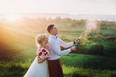 Coppie felici di nozze con buttle del champaine Fotografia Stock Libera da Diritti