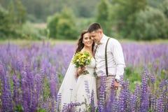 Coppie felici di nozze in lupino immagini stock
