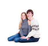 Coppie felici di smiley che si siedono sul pavimento Fotografia Stock