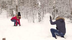 Coppie felici divertendosi che giocano insieme le palle di neve archivi video