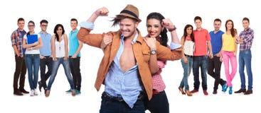 Coppie felici divertendosi davanti al loro grande gruppo di amici fotografie stock libere da diritti