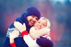 Coppie felici divertendosi durante la vacanza invernale Immagini Stock
