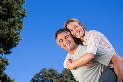 Coppie felici divertendosi nel parco Fotografia Stock