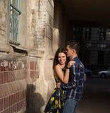 Coppie felici e amorose, famiglia abbracciare e ridere ragazza di estate in un vestito una data nella città immagini stock