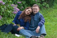 Coppie felici in giardino lilla Fotografia Stock
