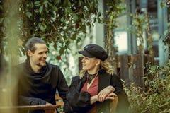 Coppie felici, giovani coppie sorridenti, ragazza ed uomo nel tempo allegro e allegro di amore, coppia in caffè, grande fine sett Fotografie Stock