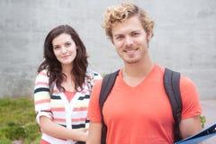 Coppie felici gli studenti di college Fotografie Stock Libere da Diritti