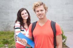 Coppie felici gli studenti di college Immagine Stock Libera da Diritti