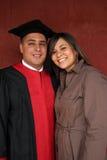 Coppie felici il giorno di graduazione Immagini Stock