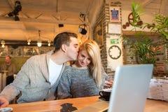 Coppie felici nel caffè fotografia stock libera da diritti