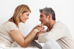 Coppie felici nel letto immagini stock libere da diritti