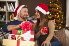 Coppie felici nel tempo di Natale Fotografia Stock