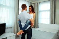 Coppie felici nell'abbraccio appassionato Fotografia Stock Libera da Diritti