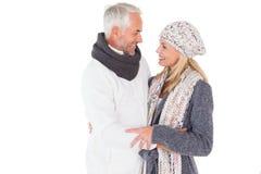 Coppie felici nell'abbraccio di modo di inverno Fotografia Stock