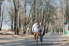 Coppie felici nell'amore che abbraccia e che divide le emozioni, tenentesi per mano camminata nel parco Immagini Stock