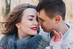 Coppie felici nell'amore che abbraccia e che divide le emozioni, tenentesi per mano camminata nel parco Fotografia Stock Libera da Diritti