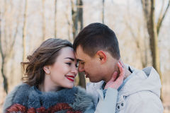 Coppie felici nell'amore che abbraccia e che divide le emozioni, tenentesi per mano camminata nel parco Fotografia Stock