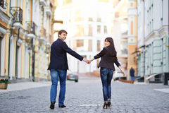 Coppie felici nell'amore che cammina alla città Immagini Stock Libere da Diritti