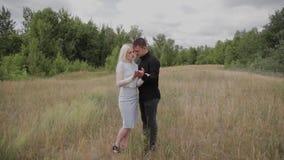 Coppie felici nell'amore che sta sul tenersi per mano del campo archivi video
