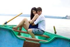 Coppie felici nell'amore nella vacanza su poca barca immagini stock