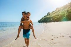 Coppie felici nell'amore sulle vacanze estive della spiaggia immagini stock