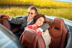 Coppie felici nell'automobile Immagine Stock