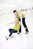 Coppie felici nella pista di pattinaggio sul ghiaccio Fotografia Stock