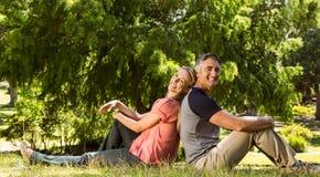 Coppie felici nella sosta Fotografia Stock