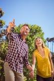 Coppie felici nella sosta Fotografie Stock Libere da Diritti