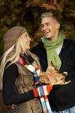 Coppie felici nella sosta di autunno Immagine Stock