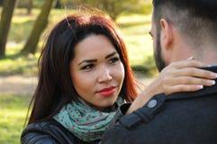 Coppie felici nella sosta di autunno Fotografia Stock Libera da Diritti