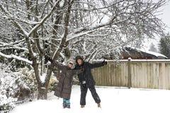 Coppie felici nella stagione invernale Immagini Stock