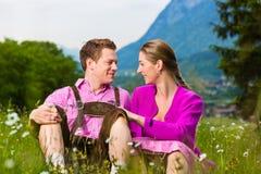 Coppie felici in prato alpino fotografie stock