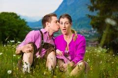 Coppie felici in prato alpino fotografie stock libere da diritti