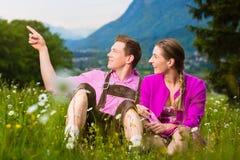 Coppie felici in prato alpino immagine stock libera da diritti