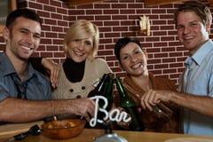 Coppie felici in pub Immagini Stock