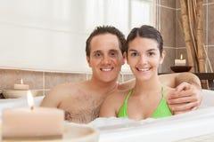 Coppie felici rilassate nella vasca fotografia stock