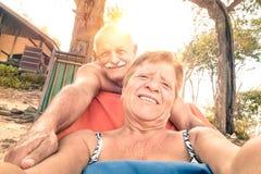 Coppie felici senior che prendono selfie nel viaggio della Tailandia immagine stock libera da diritti