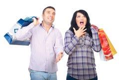 Coppie felici sorprese con i sacchetti di acquisto Immagini Stock Libere da Diritti