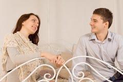 Coppie felici sorridenti ad una data Fotografie Stock Libere da Diritti