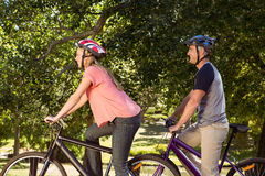 Coppie felici su un giro della bici Fotografia Stock