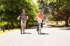 Coppie felici su un giro della bici Fotografie Stock