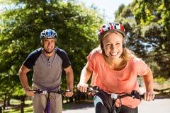 Coppie felici su un giro della bici Immagine Stock