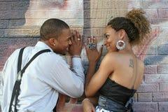 Coppie felici su una parete Fotografie Stock Libere da Diritti