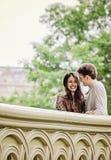 Coppie felici sul ponte dell'arco in Central Park Fotografia Stock Libera da Diritti